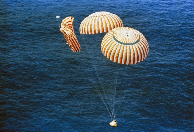Apollo_15_descends_to_splashdown.jpg